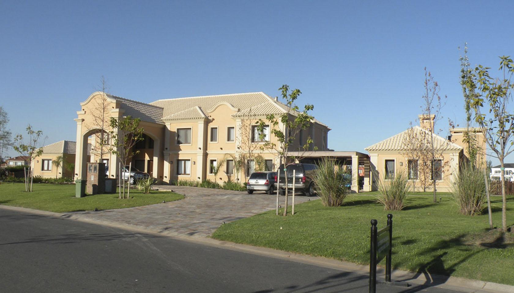 ingresos en triple altura viviendas, casas coloniales modernas, casas con tonos naranjas