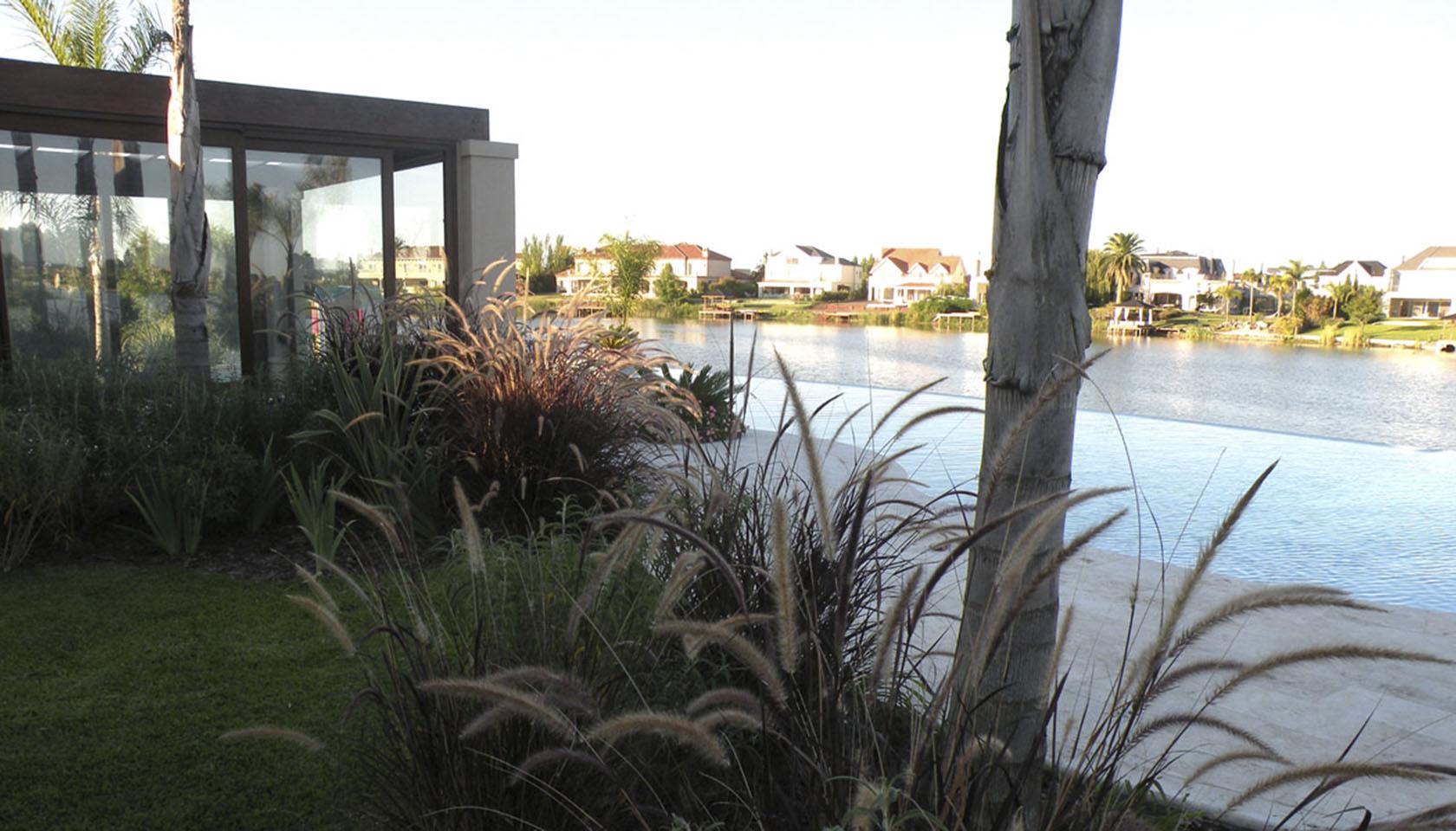 casas con piletas interiores y exteriores, arquitectura y paisaje, interiores con vista al lago