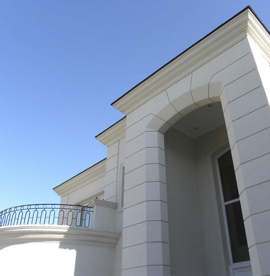 casa con ornamento, ingresos con triple altura