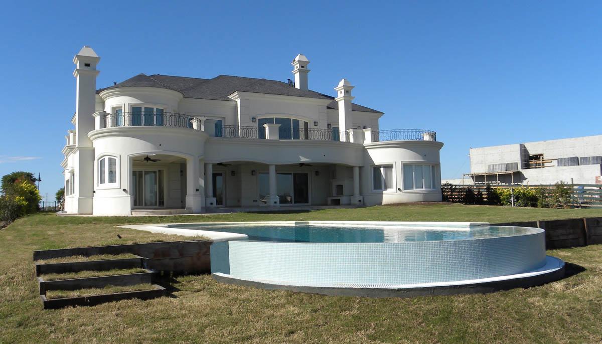 arquitectura neo clásica, techos con mansarda, piletas de borde infinito
