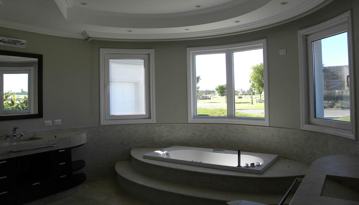 baños amplios, baños iluminados, diseño interior