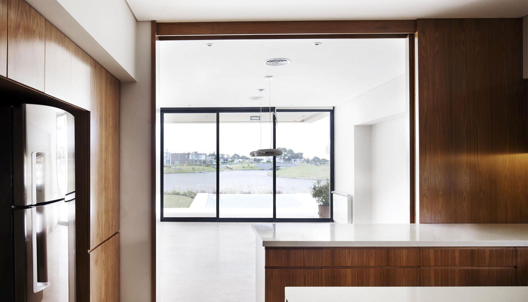 interiores cálidos, diseño de cocinas, cajoneras de madera en cocinas contemporáneas