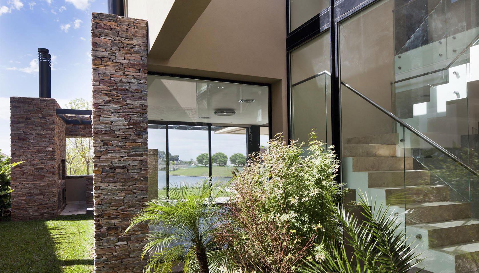contaste de materiales en viviendas, frentes vidriados, escaleras modernas