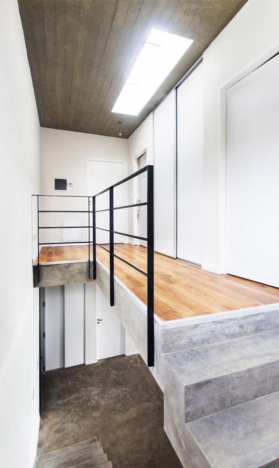 lucarnas en hormigón, casas con entrada de luz natural, barandas minimalistas