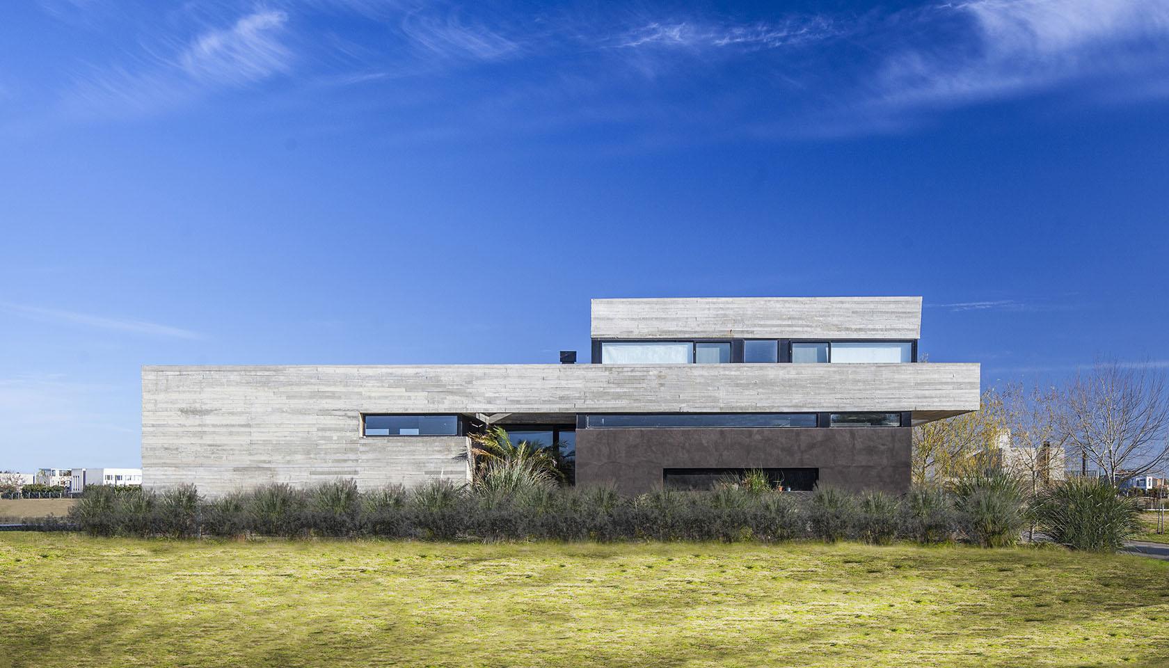 casas con fachada de hormigón a la vista, plegados arquitectónicos, casas con patios internos