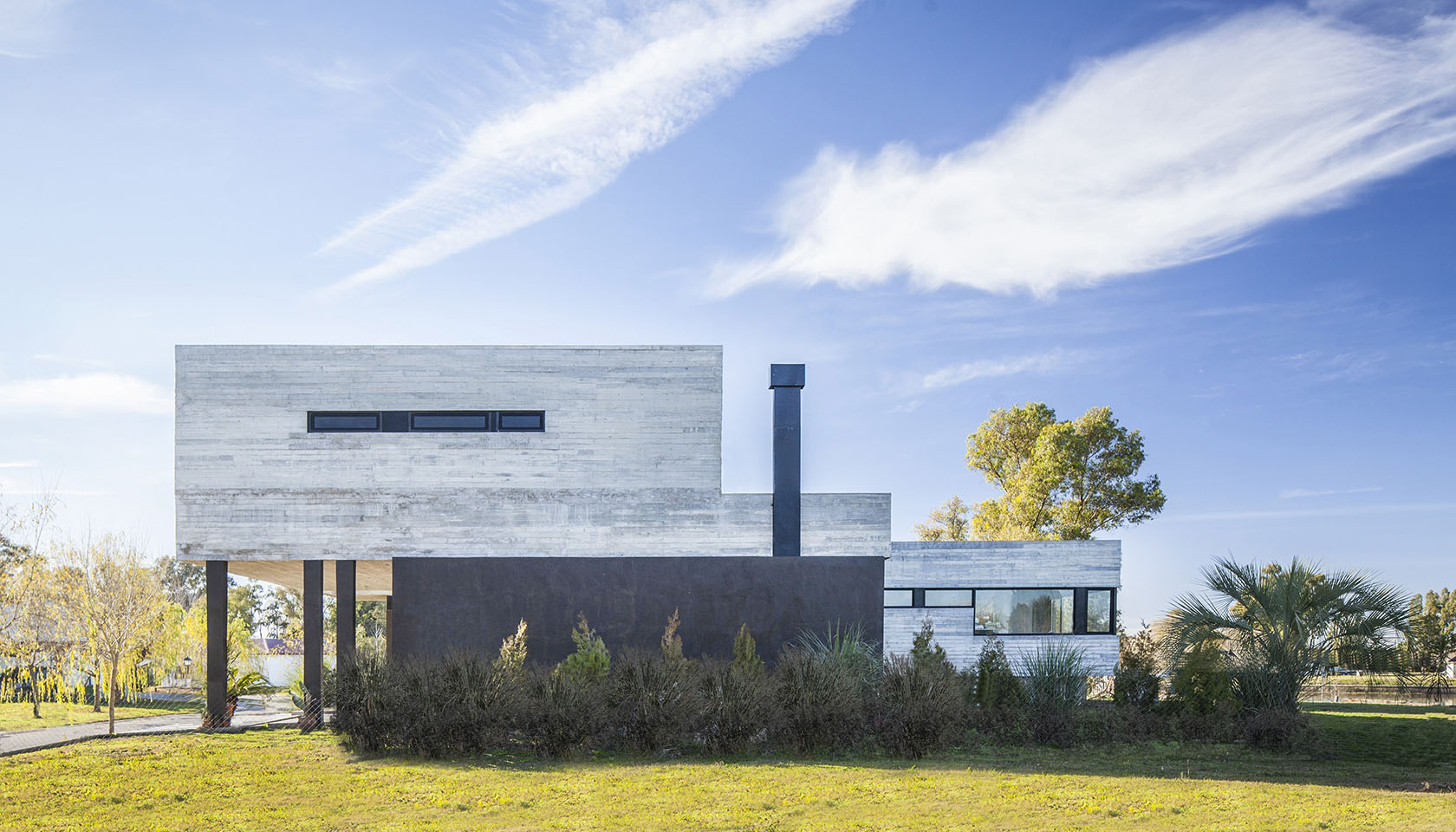 fachadas vidriadas en casas, chimeneas modernas, casas con columnas negras
