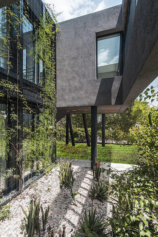 jardines internos, estrategias para unificar fachadas, fachadas metálicas, columnas inclinadas en casas