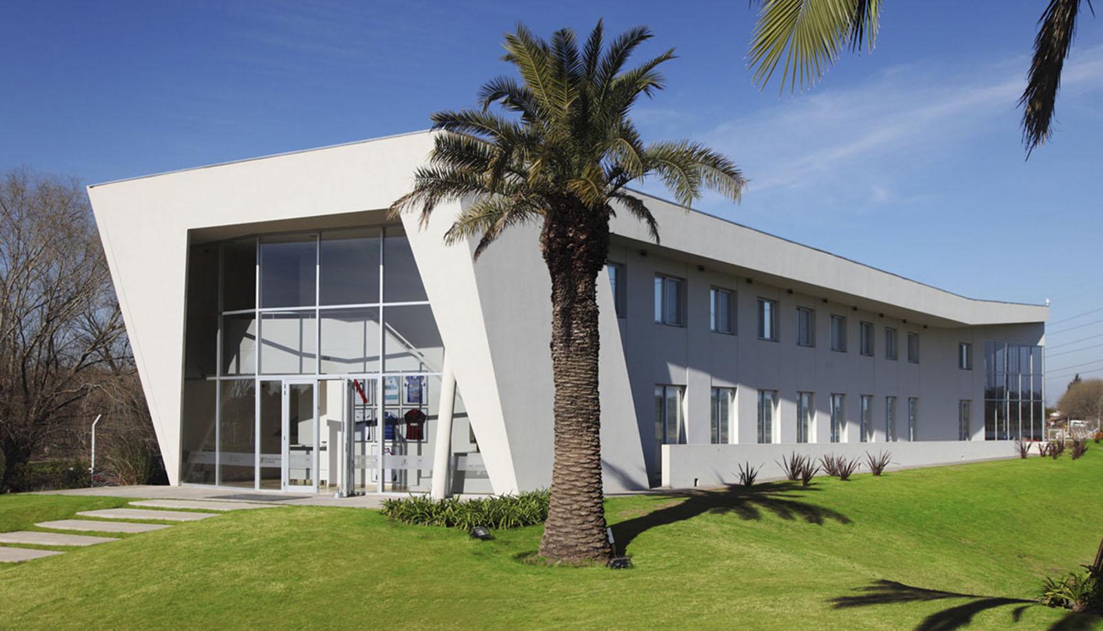 Frente en escorzo Alojamiento alojamiento deportivo, arquitectura contemporánea, plegados arquitectónicos, arquitectura y paisaje