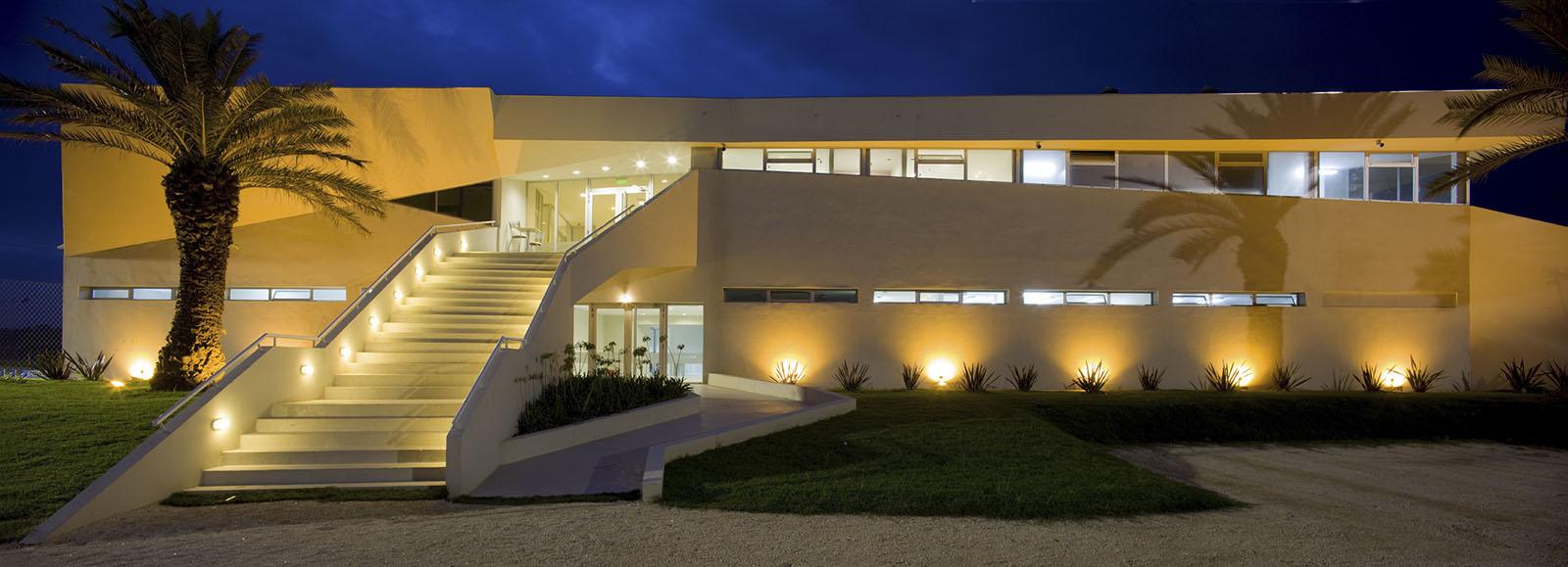 Escaleras modernas, arquitectura plegada, iluminación en arquitectura, complejo deportivo