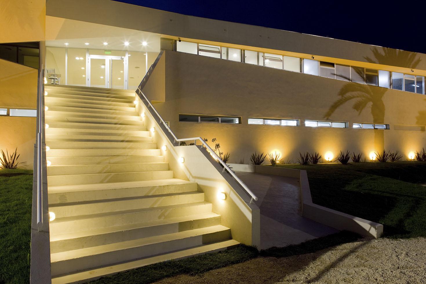 Iluminación cálida en arquitectura, fachadas de tarquini, arquitectura deportiva