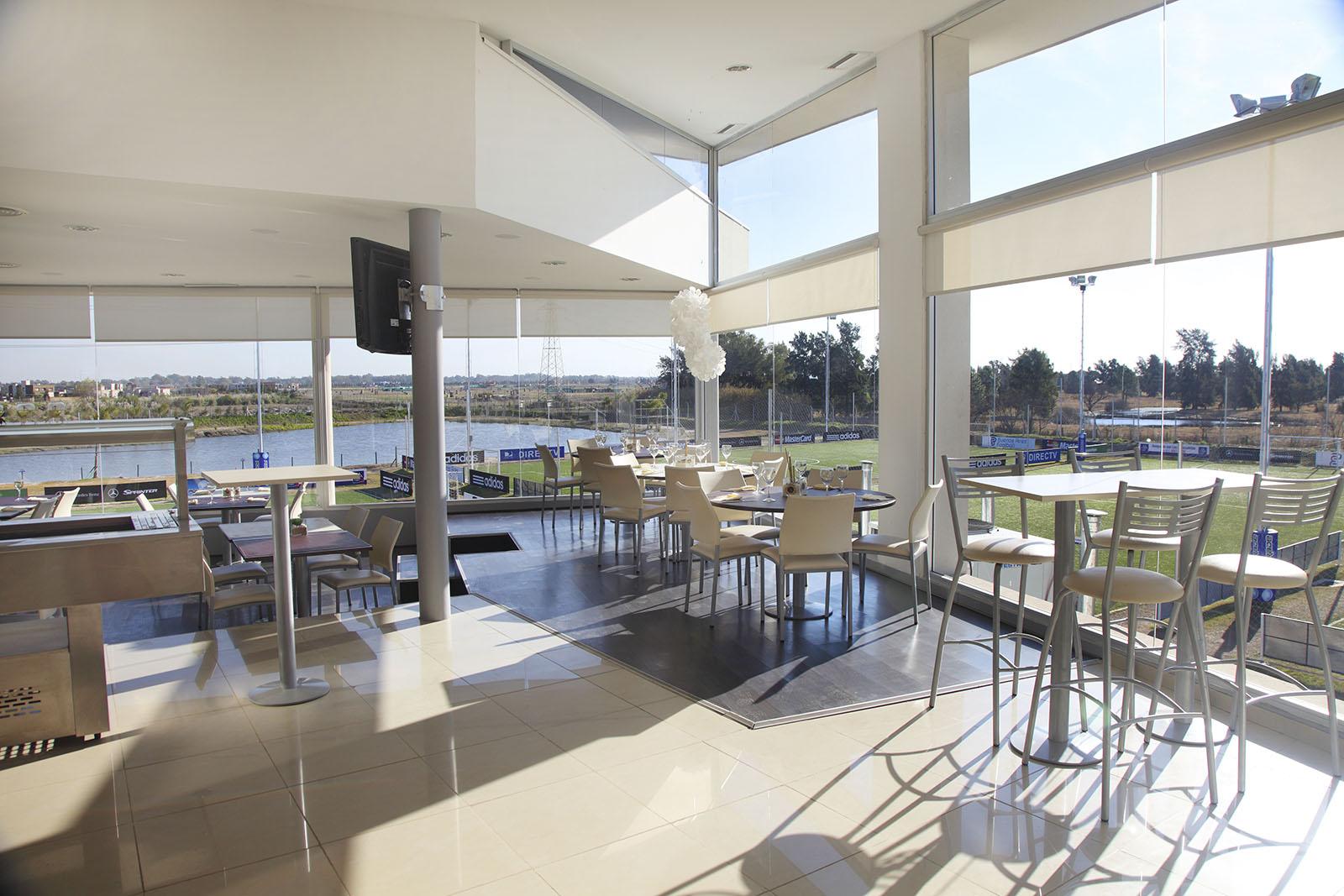 Bar en doble altura, arquitectura con desniveles, arquitectura contemporánea, restaurantes modernos