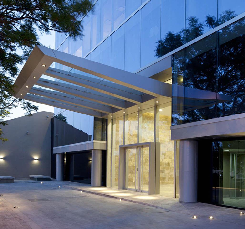 Marquesinas en aluminio, ingresos modernos a edificios de oficina